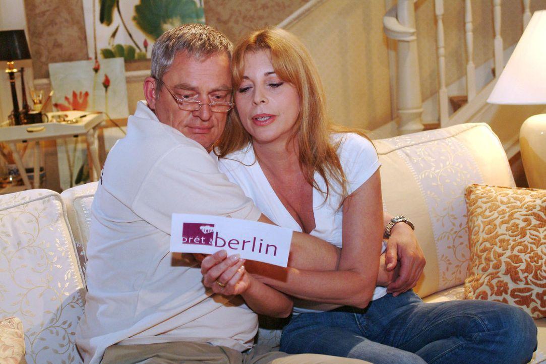 """Laura (Olivia Pascal, r.) versucht Friedrich (Wilhelm Manske, l.) zu überreden, mit ihr die """"Prét-à-Berlin"""" zu besuchen. - Bildquelle: Monika Schürle Sat.1"""