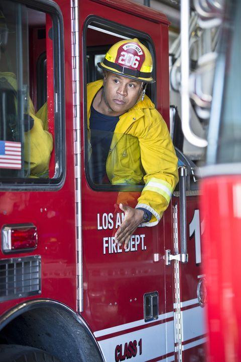 Ein neuer Fall wartet auf Sam (LL Cool J) und Callen. Um ihn lösen zu können, müssen sie sich als Feuerwehrmänner ausgeben ... - Bildquelle: Neil Jacobs 2016 CBS Broadcasting, Inc. All Rights Reserved.