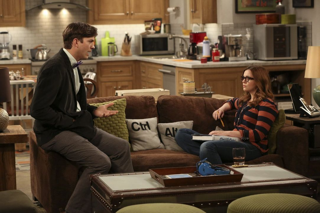 Walden (Ashton Kutcher, l.) hat seine Freundin Nicole in einem Restaurant mit einem anderen Mann gesehen und ist am Boden zerstört. Er sucht Trost b... - Bildquelle: Warner Brothers Entertainment Inc.