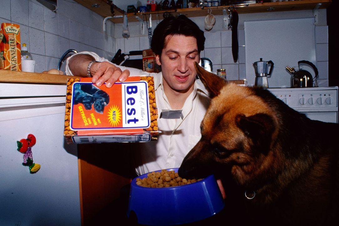 Kommissar Moser (Tobias Moretti) füttert Rex bevor die Jagd auf den Frauenmörder beginnt. - Bildquelle: Ali Schafler Sat.1