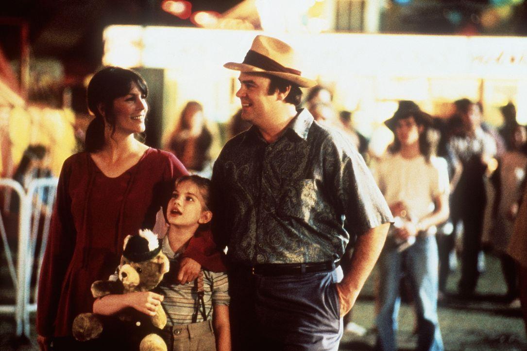 Geschickt eingefädelt: Vada (Anna Chlumsky, M.) freut sich, dass sich ihr Dad (Dan Aykroyd, r.) und die patente Shelly (Jamie Lee Curtis, l.) so gut... - Bildquelle: Columbia Pictures