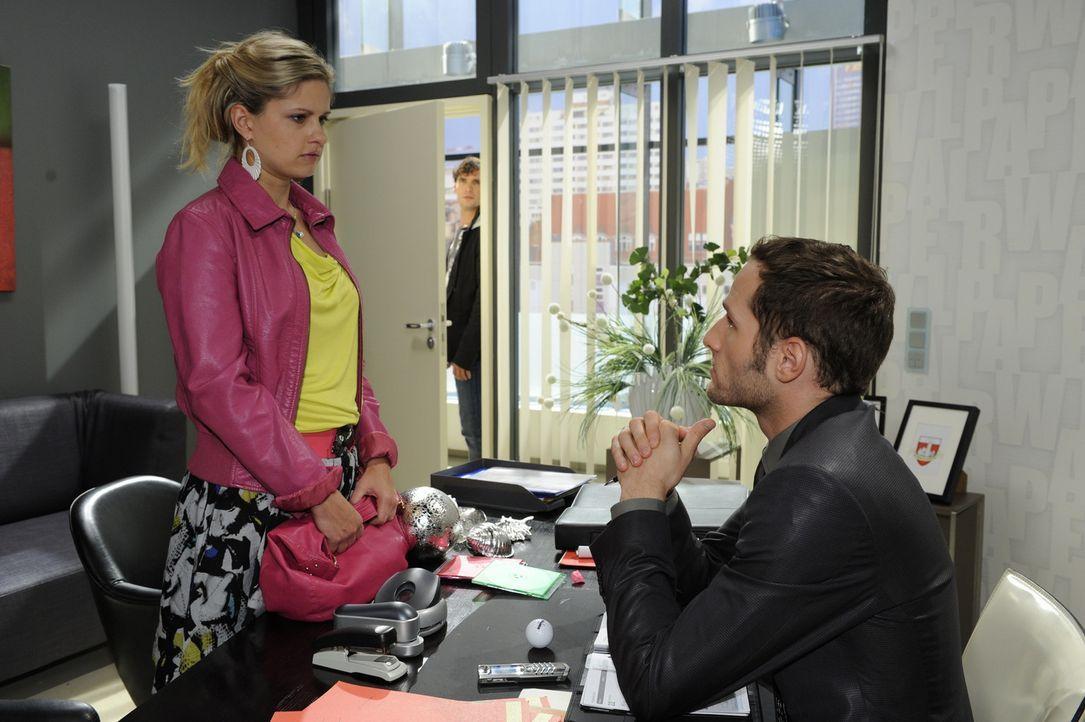 Als David (Lee Rychter, r.) nicht bei Jojos Vorverhandlung auftaucht und Mia (Josephine Schmidt, l.) daraufhin unter Druck setzt, wird Alexander (Pa... - Bildquelle: Sat.1