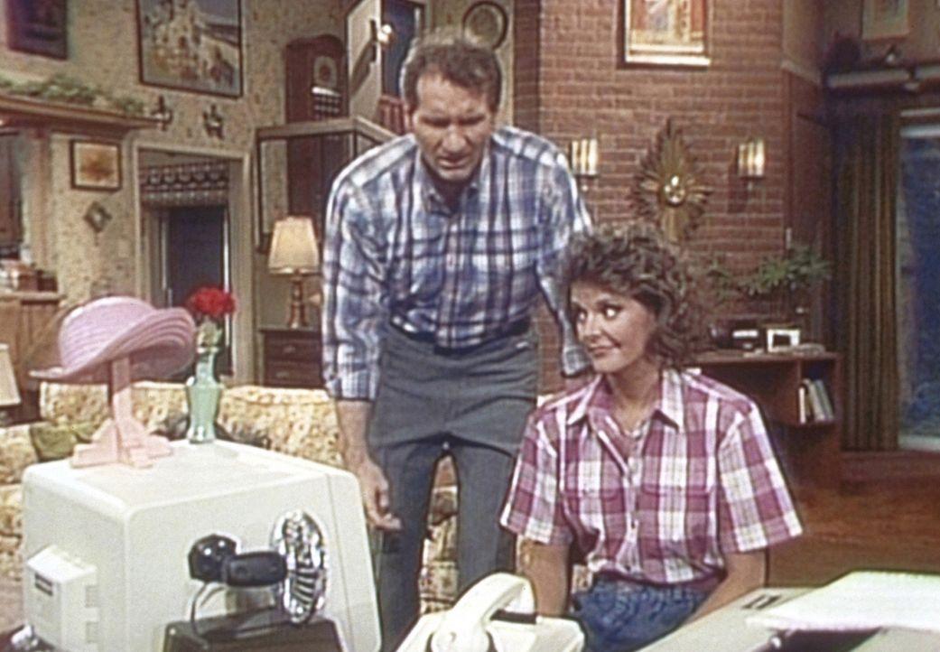 Weil der Computer zu einem Hutständer verkommen ist, versucht Al (Ed O'Neill, l.) ihn an Marcy (Amanda Bearse, l.) zu verkaufen. - Bildquelle: Columbia Pictures