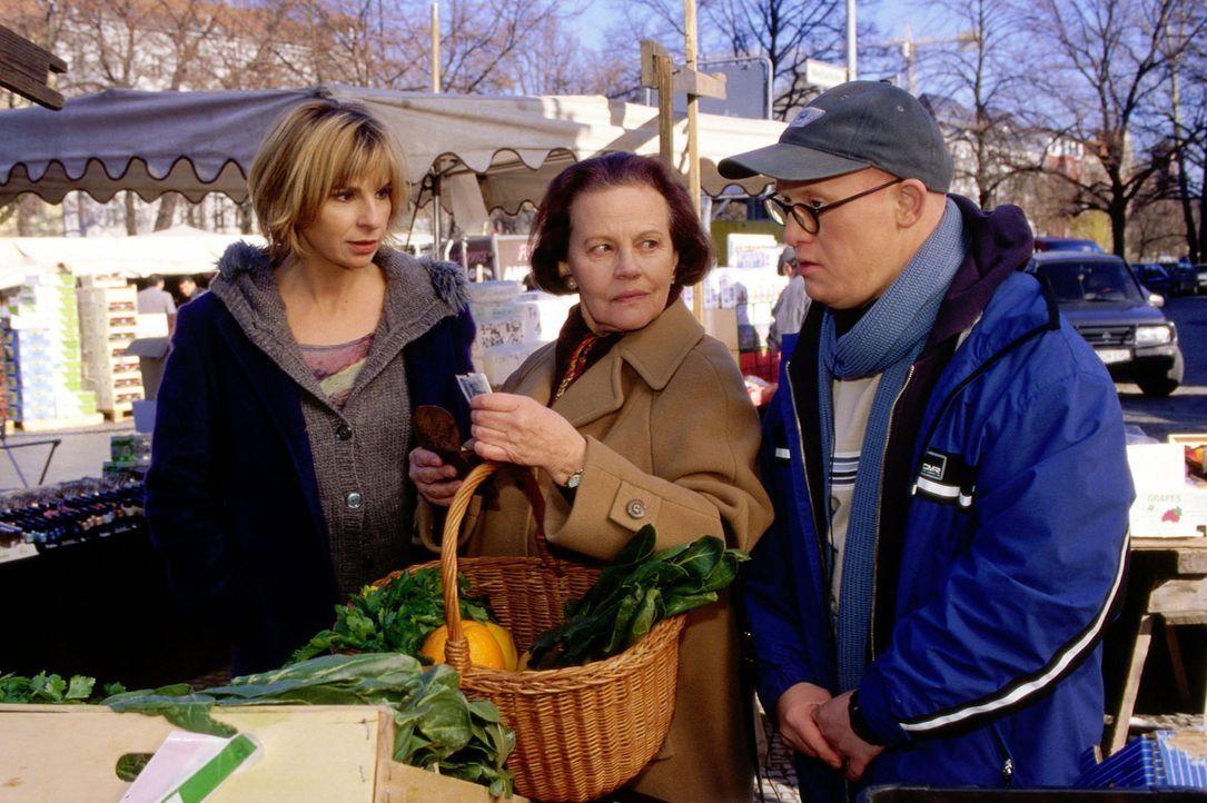Dr. Sommer (Maria Bachmann, l.) trifft  ihren Patienten Bobby Klose (Bobby Brederlow, r.) und seine Mutter Lina (Gudrun Ritter, M.) auf dem Markt.