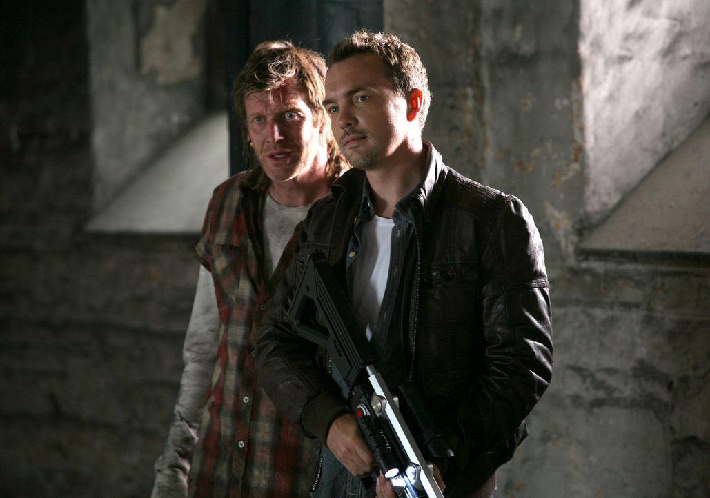 Im Kampf gegen mörderische Kreaturen aus der Vergangenheit: Danny (Jason Flemyng, l.) und Matt (Ciaran McMenamin, r.) ... - Bildquelle: ITV Plc