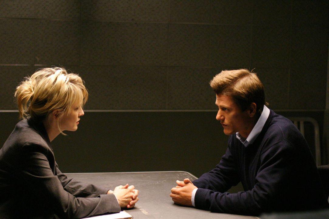 Det. Lilly Rush (Kathryn Morris, l.) befragt Dr. Bennett Cahill (Vincent Ventresca, r.) zu ihrem aktuellen Fall. - Bildquelle: Warner Bros. Television