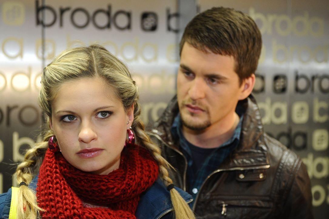 Lars (Alexander Klaws, r.) versucht Mia (Josephine Schmidt, l.) klarzumachen, dass er es ehrlich meint ... - Bildquelle: SAT.1
