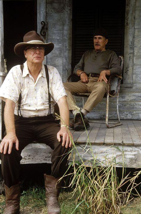 Walter taucht in die Abenteuer seiner Onkels Hub (Robert Duvall, r.) und Gath (Michael Caine, l.) ein, die von fernen Ländern, wunderschönen, entf... - Bildquelle: New Line Cinema