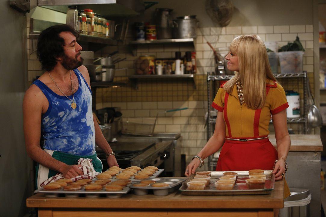 Bei so viel Süßem hilft sogar Oleg (Jonathan Kite, l.) Caroline (Beth Behrs, r.) und Max beim Backen ... - Bildquelle: Warner Bros. Television