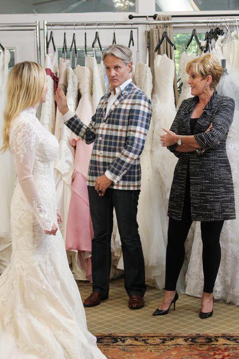 Anna (l.) ist überwältigt, als plötzlich Lori (r.) und Monte (M.) bei ihr Zuhause stehen und ihr die Chance geben, doch noch ein Hochzeitskleid zu f... - Bildquelle: TLC & Discovery Communications