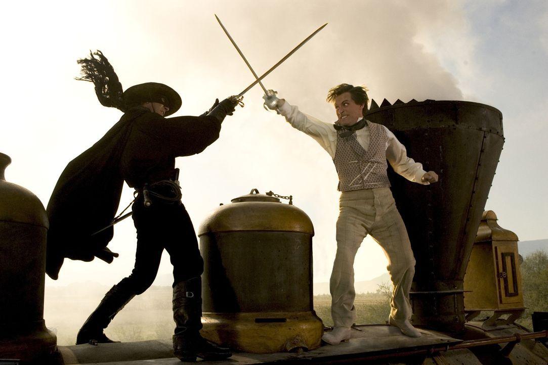 Die letzten Jahre lebte Zorro (Antonio Banderas, l.) unerkannt mit seiner Frau Elena und seinem Sohn in Kalifornien, wo er seine wahre Identität vo... - Bildquelle: Sony Pictures Television International. All Rights Reserved.