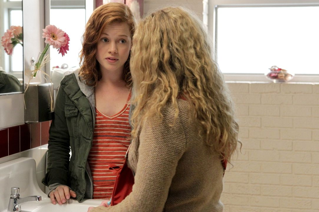 Ihr erstes Zusammentreffen verläuft alles andere als schön: Lisa (Allie Grant, r.) und Tessa (Jane Levy, l.) ... - Bildquelle: Warner Bros. Television