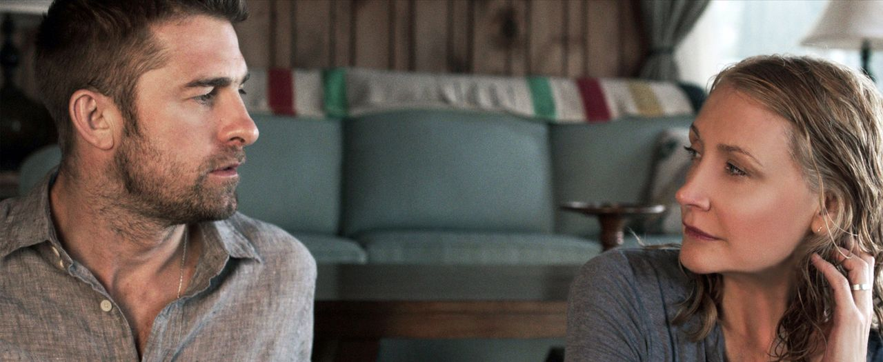 Die Ärztin Helen Matthews (Patricia Clarkson, r.) lebt nach dem Tod ihres Mannes alleine in einer Hütte auf einer Insel, bis eines Tages der junge,... - Bildquelle: TiberusFilm