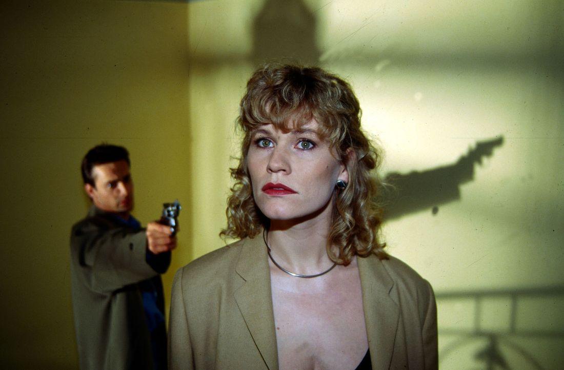 Stefan Lanz (Gedeon Burkhard, l.) bedroht seine Freundin Sylvia Hohenberg (Anne Kasprik, r.), weil er glaubt, dass sie ihn betrogen hat. - Bildquelle: Ali Schafler Sat.1