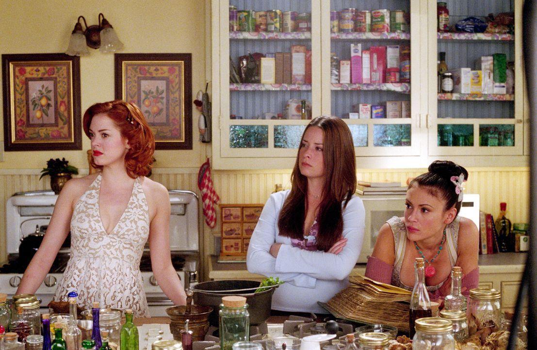 Paige (Rose McGowan, l.), Phoebe (Alyssa Milano, r.) und Piper (Holly Marie Combs, M.) werden in ihren Haus von unsichtbaren Quälgeistern heimgesuch... - Bildquelle: Paramount International Television