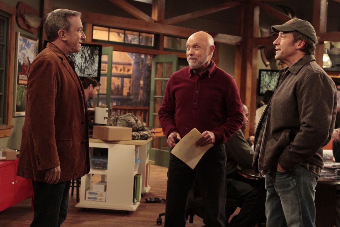 Ed (Hector Elizondo, M.) möchte, dass Mikes Bruder Jim (Mike Rowe, r.) zusammen mit dem Vater der beiden eine neue Filiale von Outdoor Man eröffnet.... - Bildquelle: 2011 Twentieth Century Fox Film Corporation