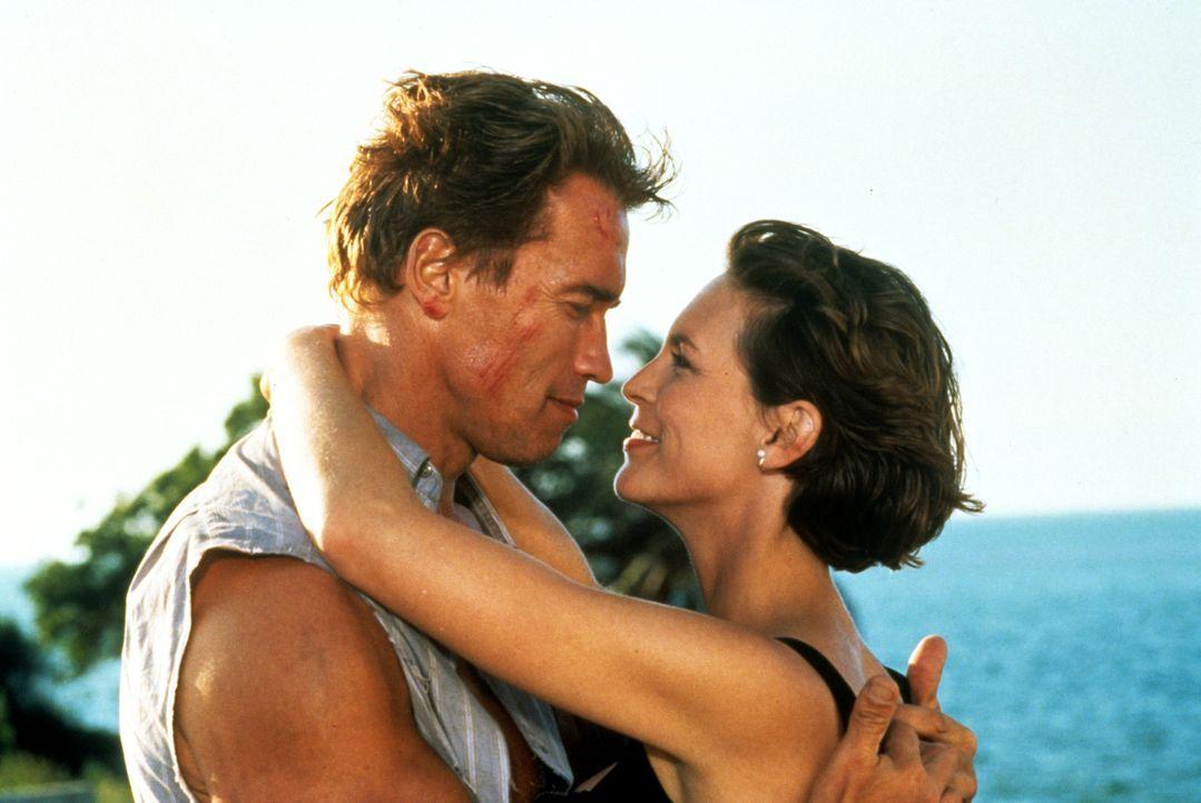 Harry Tasker (Arnold Schwarzenegger, l.) und seine Frau Helen (Jamie Lee Curtis, r.) führen zusammen mit ihrer pubertierenden Tochter Dana dem Ansch... - Bildquelle: 1994 Twentieth Century Fox Film Corporation.  All rights reserved.