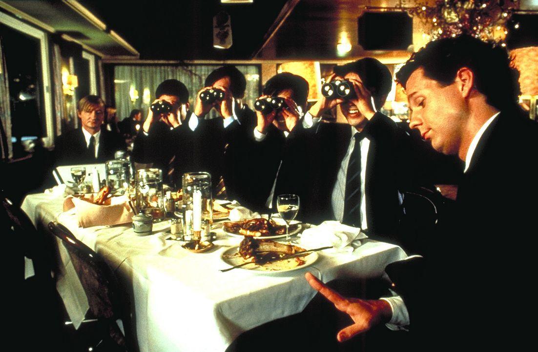Das Essen mit den Japanern verläuft für Peter Merz (Thomas Heinze, r.) und Blaschke (Michael Schreiner, l.) nicht so, wie sie es geplant hatten ...