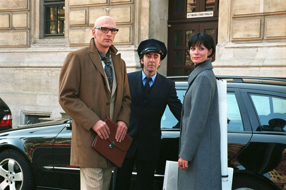 Der Fuchs alias Max (Walter Sittler, l.) und sein Team, René (Dieter Landuris, M.) und Sandra (Esther Schweins, r.), haben im Schloss des Grafen von... - Bildquelle: Jacqueline Krause-Burberg Sat.1