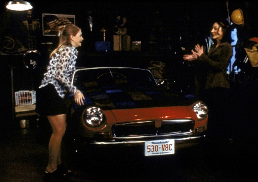 Valerie (Lindsay Sloane, r.) ist begeistert von Sabrinas (Melissa Joan Hart, l.) tollem Sportwagen. Sie überredet Sabrina, ihn ihr zu leihen ... - Bildquelle: Paramount Pictures