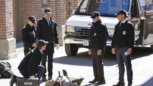 Bei den Ermittlungen in einem Mordfall, ahnen Gibbs (Mark Harmon, 2.v.r.), Mc...