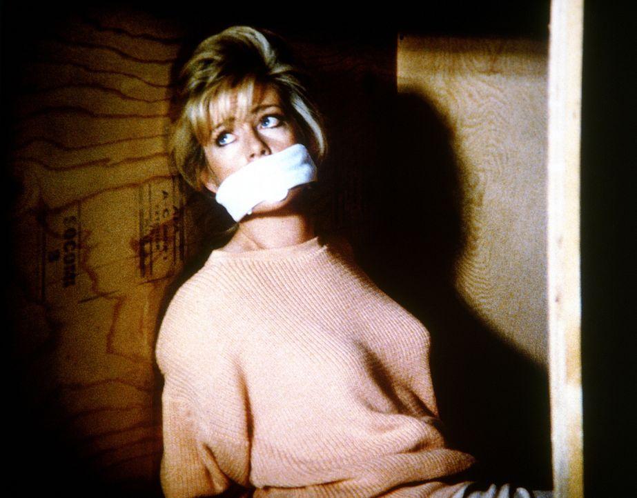 Unglücklicherweise gerät Francine (Martha Smith) in die Hände ihrer Gegner, die kein Pardon kennen ...