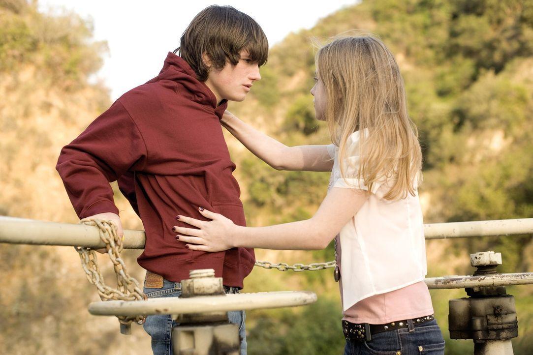 Müssen sich mit den Folgen eines Amoklaufs auseinander setzen: Anne (Dakota Fanning, r.) und Jimmy (Josh Hutcherson, l.) ... - Bildquelle: Constantin Film Verleih