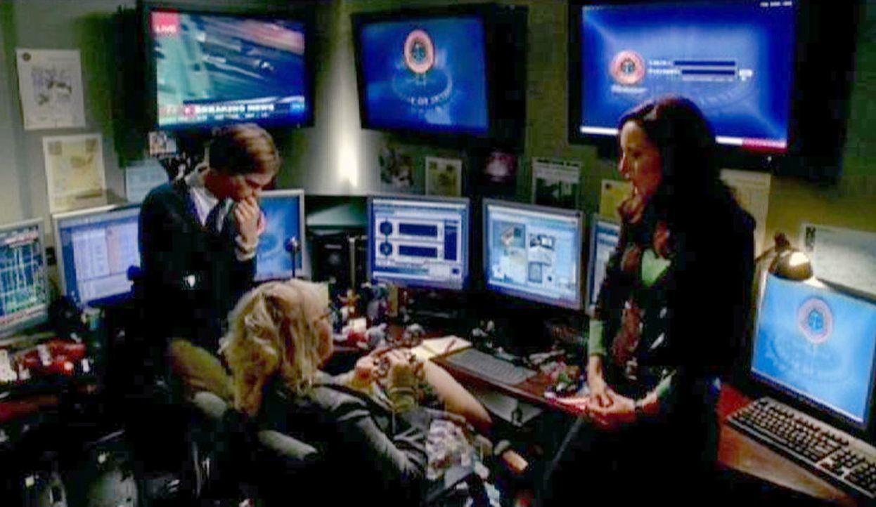 """Elle (Lola Glaudini, r.), Jennnifer """"JJ"""" Jareau (A.J.Cook, M.) und  Dr. Spencer Reid (Matthew Gray Gubler, l.) werten eine Stimmenanlyse aus, die si... - Bildquelle: Touchstone Television"""