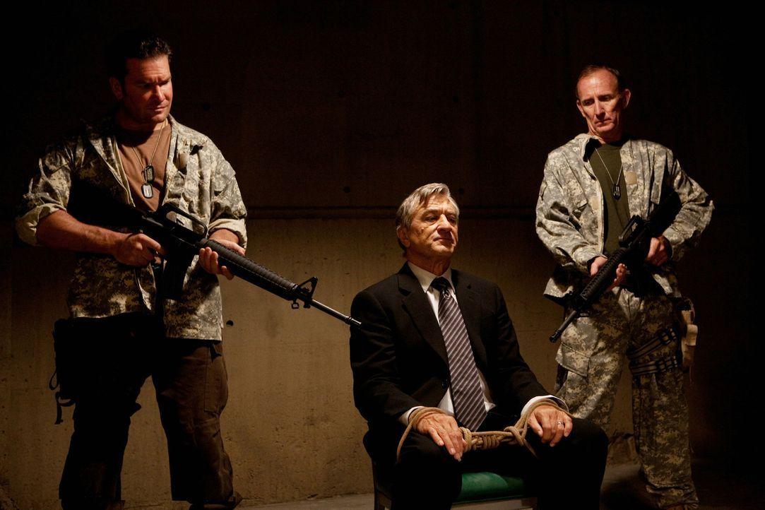 Wer hätte das gedacht, aber plötzlich gerät der scheinbar ehrenwerte Senator McLaughlin (Robert De Niro, M.) ins Visier seiner Bürgerwehr ... - Bildquelle: 2010 Machete's Chop Shop, Inc. All Rights Reserved.