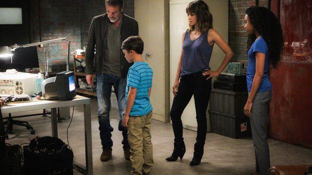 JD (Jeffrey Dean Morgan, l.), Ethan (Pierce Gagnon, 2.v.l.), Molly (Halle Ber...
