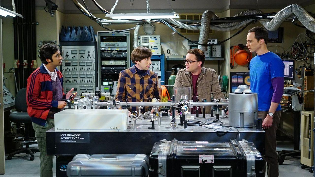 Raj (Kunal Nayyar, l.), Howard (Simon Helberg, 2.v.l.), Leonard (Johnny Galecki, 2.v.r.) und Sheldon (Jim Parsons, l.) müssen feststellen, dass sich... - Bildquelle: 2015 Warner Brothers