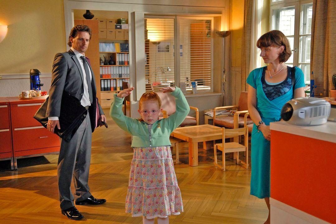Nadja (Christina Grosse, r.), die Mutter der sechsjährigen Lucie (Chelsy Kaus, M.), will nicht hinnehmen, dass ihre Tochter keine Zulassung für die... - Bildquelle: Christoph Assmann Sat.1
