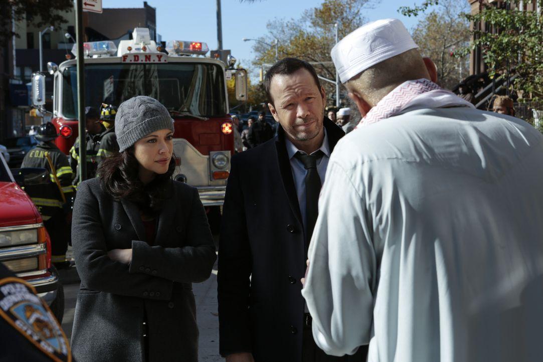 Danny (Donnie Wahlberg, M.) und Baez (Marisa Ramirez, l.) ermitteln in einem neuen Fall, bei dem ein Bombenanschlag verübt wurde. Doch die Anwohner... - Bildquelle: 2013 CBS Broadcasting Inc. All Rights Reserved.