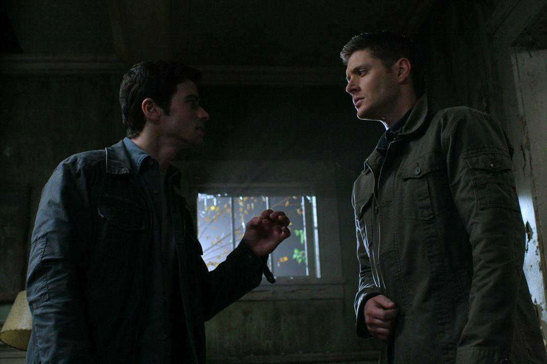 Im Kampf gegen das Böse: Dean (Jensen Ackles, r.) und John (Matt Cohen, l.) ... - Bildquelle: Warner Bros. Television