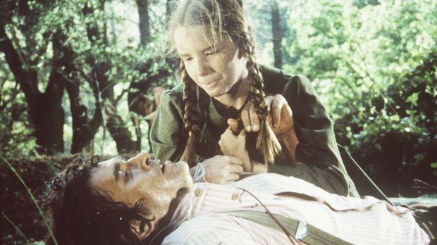 Laura (Melissa Gilbert, r.) muss den schwer verletzten Charles (Michael Lando...