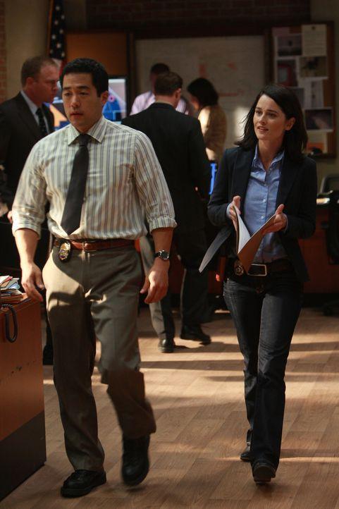 Die Ermittlungen in dem neuen Mordfall gehen voran: Kimball Cho (Tim Kang, l.) und Teresa Lisbon (Robin Tunney, r.) ... - Bildquelle: Warner Bros. Television