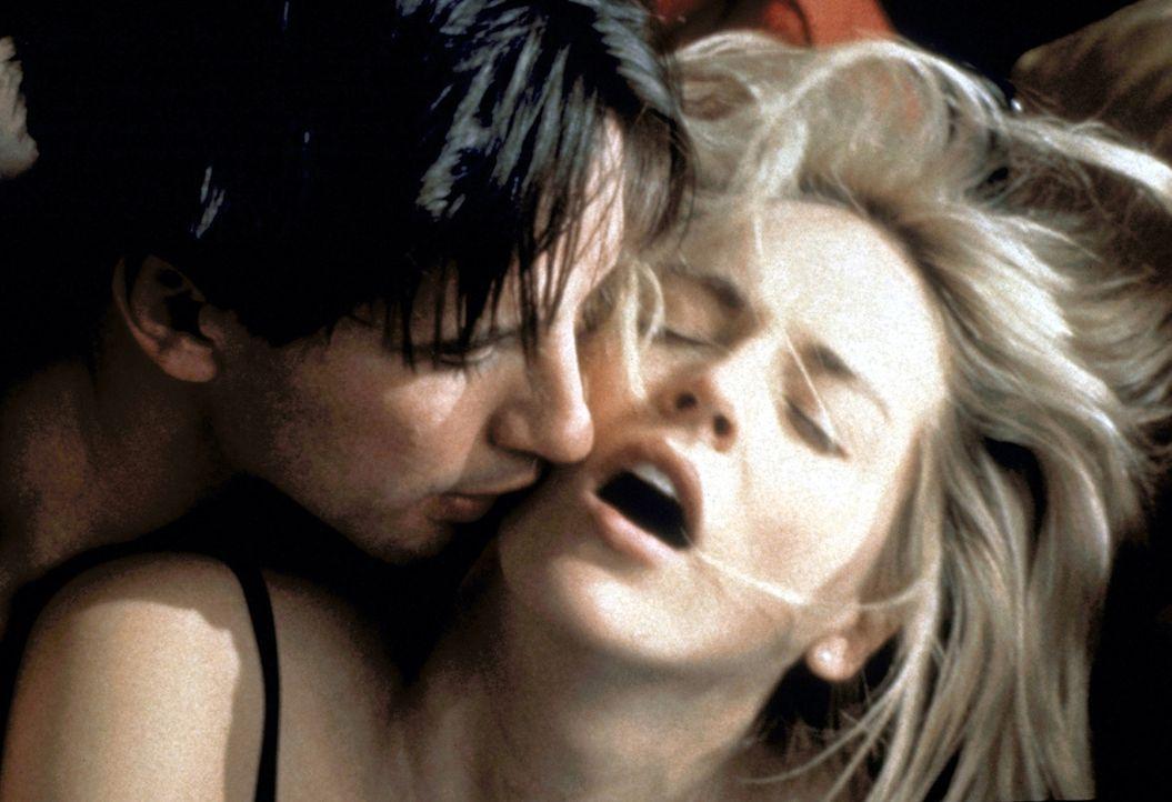 In ihrer Nachbarschaft geschehen grässliche Morde. Aber Carly Norris (Sharon Stone, r.) und Zeke Hawkins (William Balwin, l.) frönen einer wilden Ro... - Bildquelle: Paramount Pictures