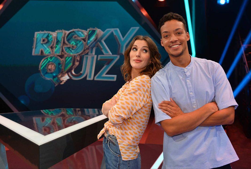 """No risk, no fun! Jeannine Michaelsen (l.) und Aurel Mertz (r.) moderieren die Quiz-Comedy-Show """"Risky Quiz""""  ... - Bildquelle: Willi Weber ProSieben"""