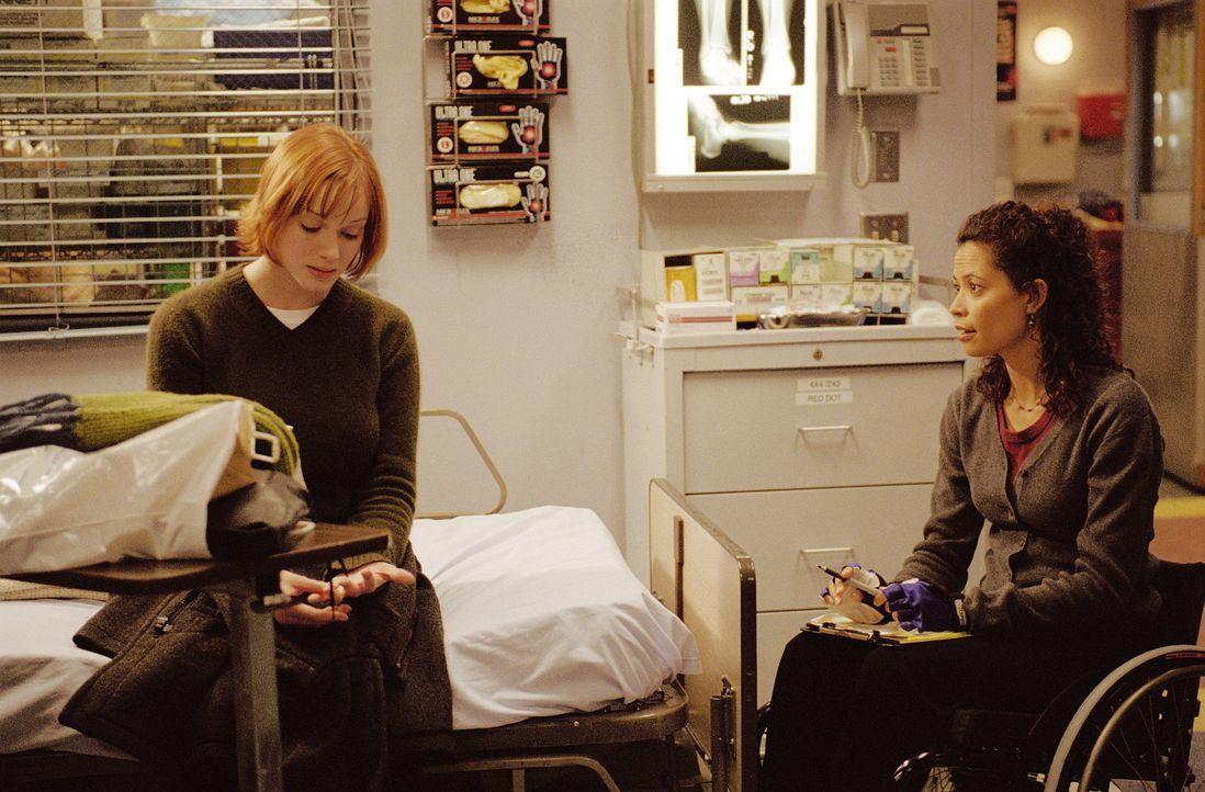 Abby wird Ohrenzeugin, wie ihr Nachbar Brian seine Frau Joyce (Christina Hendricks, l.) verprügelt. Schließlich wird diese in die Notaufnahme eing... - Bildquelle: TM+  WARNER BROS.