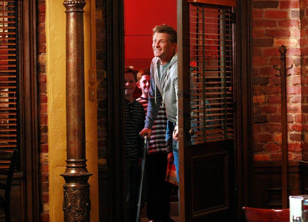 Rick lädt Lynette zu einem Essen in ein Restaurant eines Freundes ein, doch kurz bevor sie gehen wollen, erscheinen Tom (Doug Savant, vorne) und die... - Bildquelle: 2005 Touchstone Television  All Rights Reserved