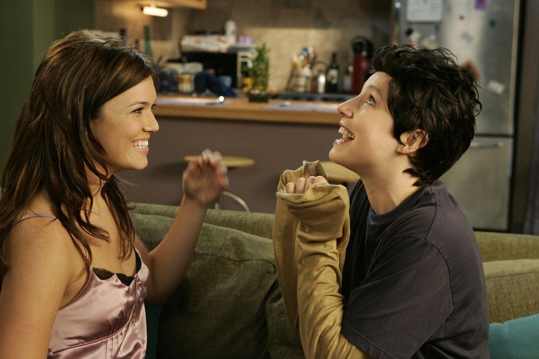 Verstehen sich prächtig: Elliott (Sarah Chalke, r.) und Julie (Mandy Moore, l.) ... - Bildquelle: Touchstone Television