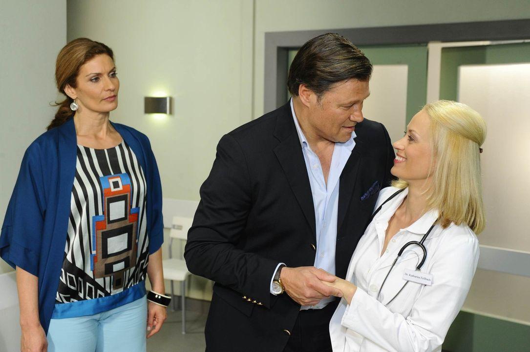 Nach und nach erfährt Natascha (Franziska Matthus, l.) von Dr. Katharina Fellbach (Annett Culp, r.) die Wahrheit über Richards (Robert Jarczyk, M.... - Bildquelle: SAT.1