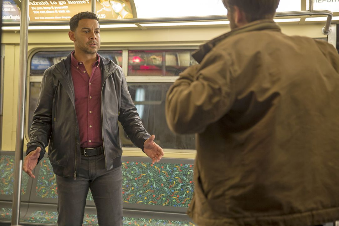 Detective Esposito (Jon Huertas, l.) gerät in eine Geiselnahme und alle auf dem Revier versuchen die Situation unter Kontrolle zu bringen. Doch wird... - Bildquelle: ABC Studios