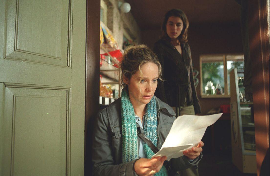 Auf einmal kommt es für Therese (Ann-Kathrin Kramer, vorne) knüppeldick: Sowohl ihr Vermieter als auch das Finanzamt verlangen auf einen Schlag eine... - Bildquelle: Astrid Wirth Sat.1