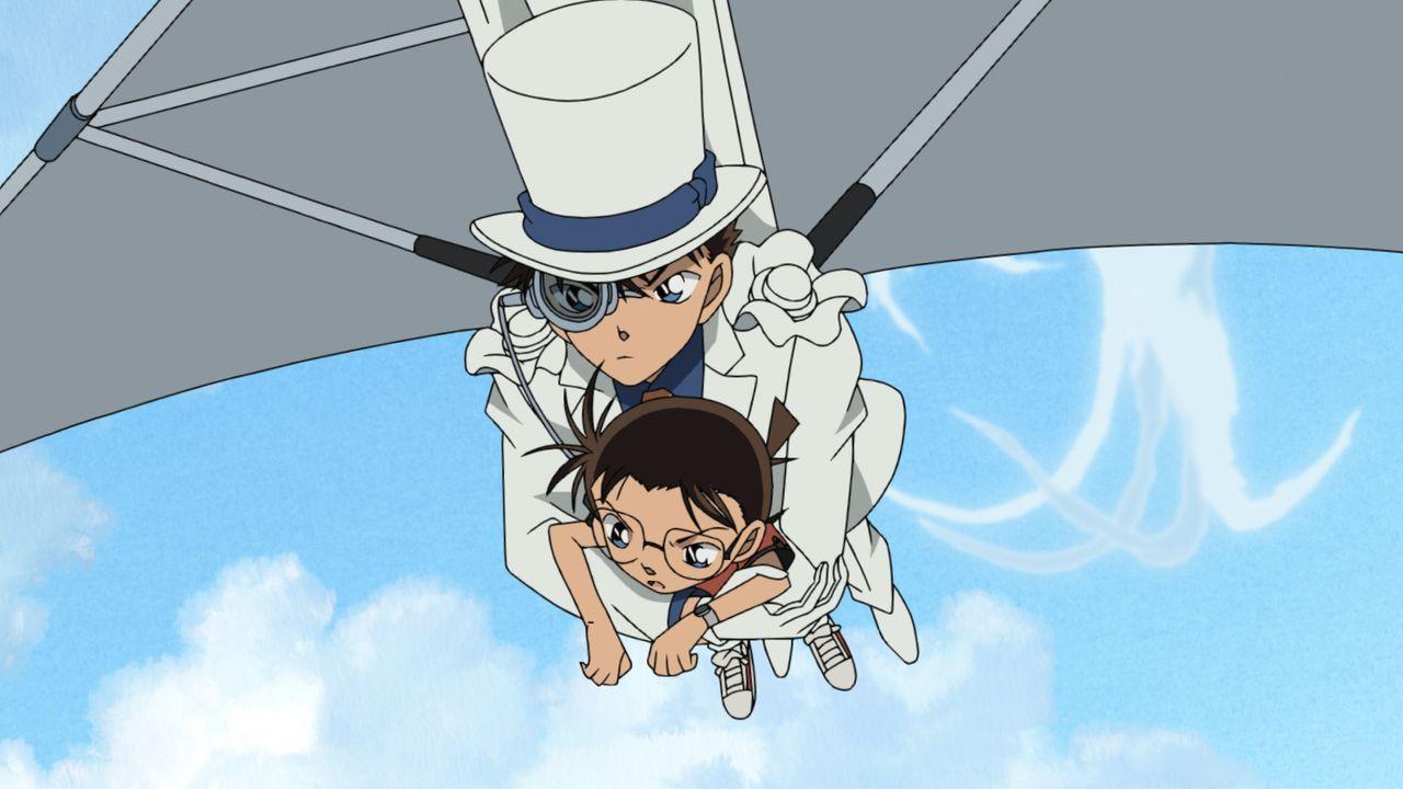 """Nachdem Conan (l.) die letzte Bombe entschärfen konnte, wirft ihn der Anführer der """"Roten Siamkatzen"""" kurzerhand aus dem Fenster des Zeppelins - zum... - Bildquelle: GOSHO AOYAMA / DETECTIVE CONAN COMMITTEE"""