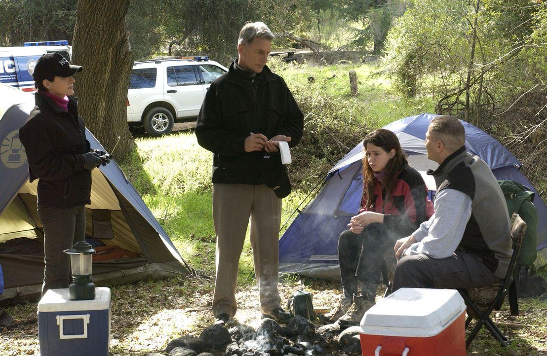 In ihrem neuen Fall hegen Gibbs (Mark Harmon, 2.v.l.) und Kate (Sasha Alexander, l.) die Befürchtung, das es kein Unfall, sondern Mord war. Judy Mo... - Bildquelle: CBS Television