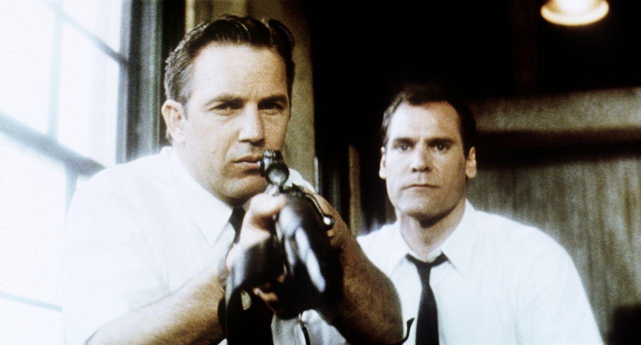 Angeblich soll Kennedys Mörder Lee Harvey Oswald aus dem 6. Stock des 'Schoolbook Depository' Gebäudes mit einem alten Repetiergewehr die Schüsse ab... - Bildquelle: Warner Bros.