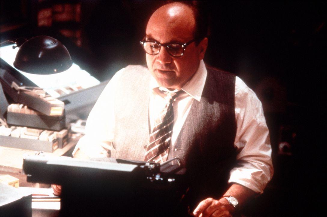 Der schmierige Schreiberling Sid Hudgeons (Danny De Vito) verfügt über beste Kontakte zum LAPD ... - Bildquelle: Warner Bros.