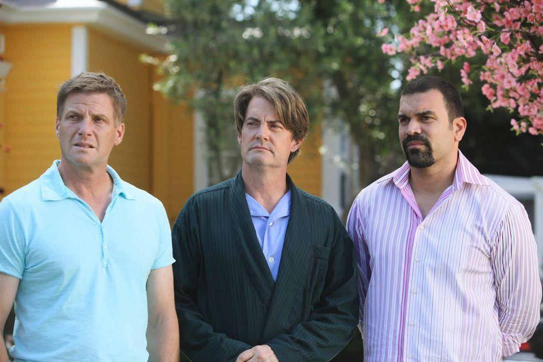 Sind er Meinung, dass die neuen Nachbarn etwas zu verbergen haben: Carlos (Ricardo Antonio Chavira, r.), Orson (Kyle MacLachlan, M.) und Tom (Doug S... - Bildquelle: ABC Studios