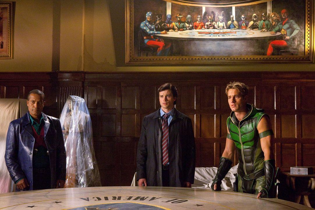 Zusammen mit John Jones (Phil Morris, l.) und Oliver (Justin Hartley, r.) schmiedet Clark (Tom Welling, M.) einen Plan, Icicle aufzuhalten ... - Bildquelle: Warner Bros.